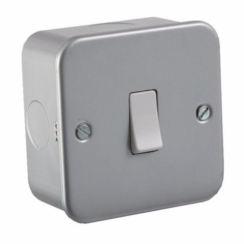 KnightsBridge 10A 1G Intermediate 230V Metal Clad Switch KnightsBridge Metal Clad 10A Intermediate Switch  - Click to view a larger image